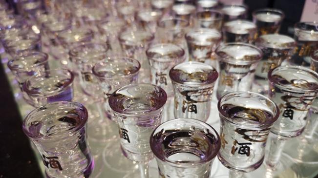 资料图:白酒 18112001- 摄影 经济日报-中国经济网记者- 付云鹏_副本.jpg