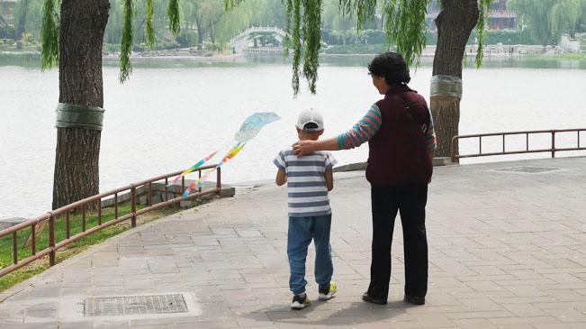 中国经济网资料图:公园 亲子互动 儿童 摄影付云鹏.jpg